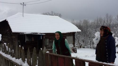 """Două locuitoare din satul Bătrâna suprinse în timpul acțiunii """"Crăciun în fiecare casă"""" din 2014"""